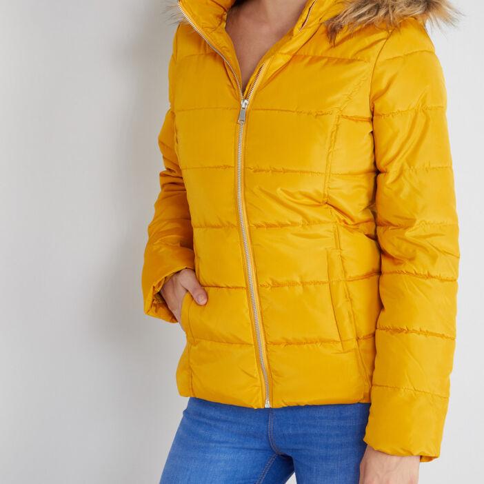 Doudoune cintrée à capuche fourrée femme jaune moutarde