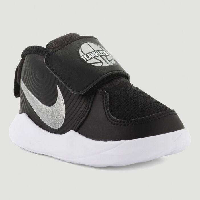 Baskets Nike TEAM HUSTLE garçon noir