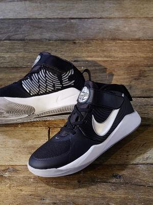 Baskets Nike TEAM HUSTLE noir garcon